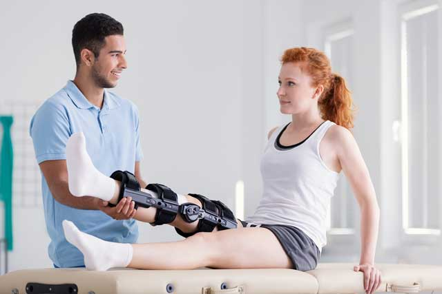young woman wearing a brace during rehabilitation 5M9DXVK